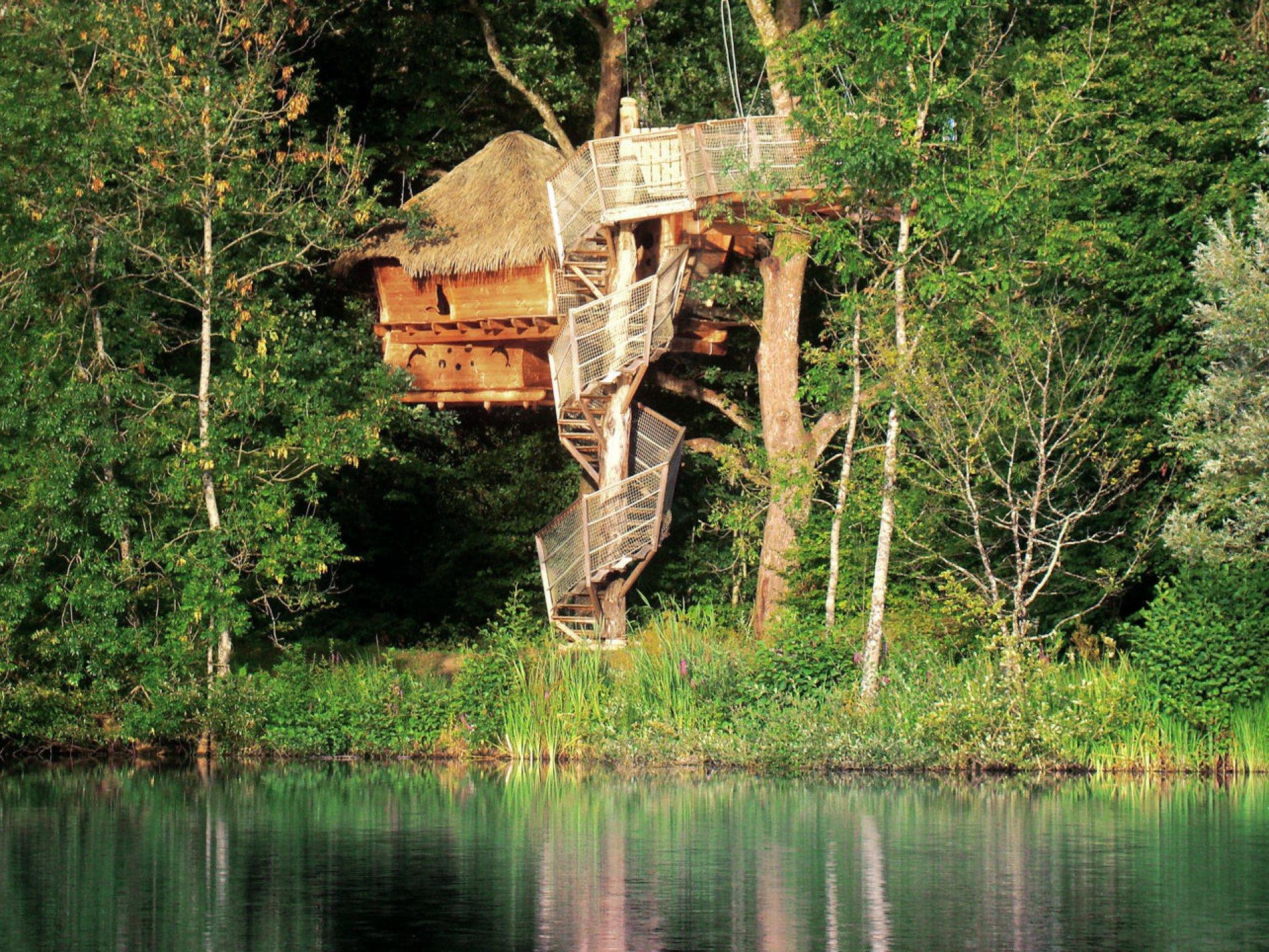 cabane familiale atlantide cabane dans les arbres franche comt bourgogne franche comt. Black Bedroom Furniture Sets. Home Design Ideas